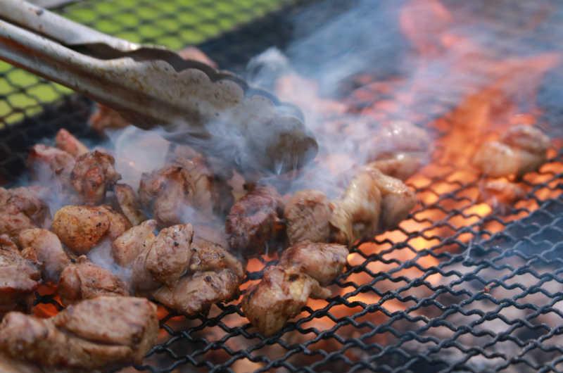 鳥の炭火焼きの作り方を食品工場が大公開!真っ黒がおいしい鶏炭火焼のレシピに驚愕!?